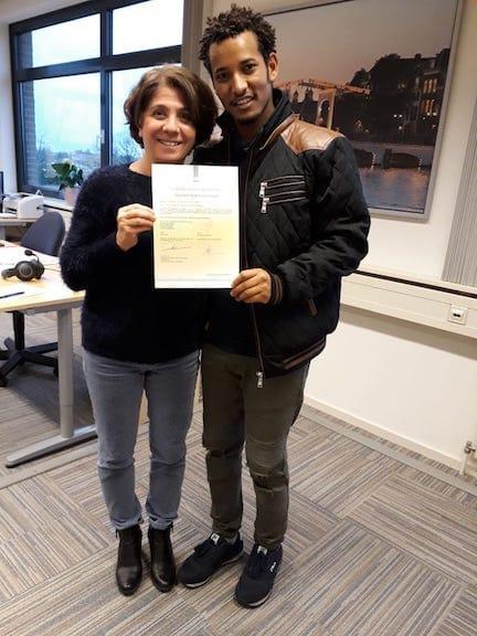 Carla Detti en Tesfalem inburgeringsdiploma